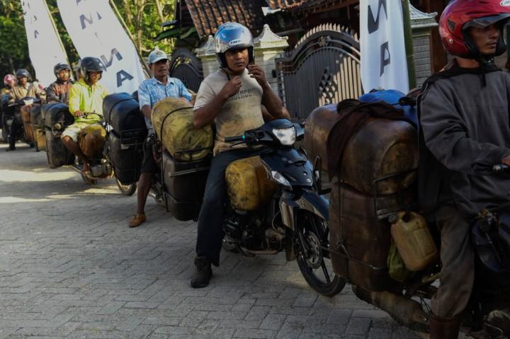 Buruh mengangkut jeriken yang berisi minyak mentah di Wonocolo, Bojonegoro, Jawa Timur.