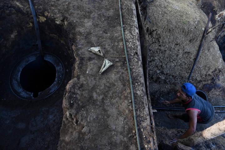 Penambang mempersiapkan pengapian untuk proses pemurnian minyak mentah di penambangan minyak rakyat, Wonocolo, Bojonegoro, Jawa Timur.