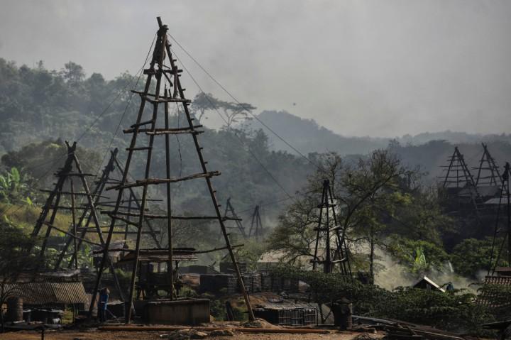 Suasana penambangan minyak rakyat, Wonocolo, Bojonegoro, Jawa Timur.