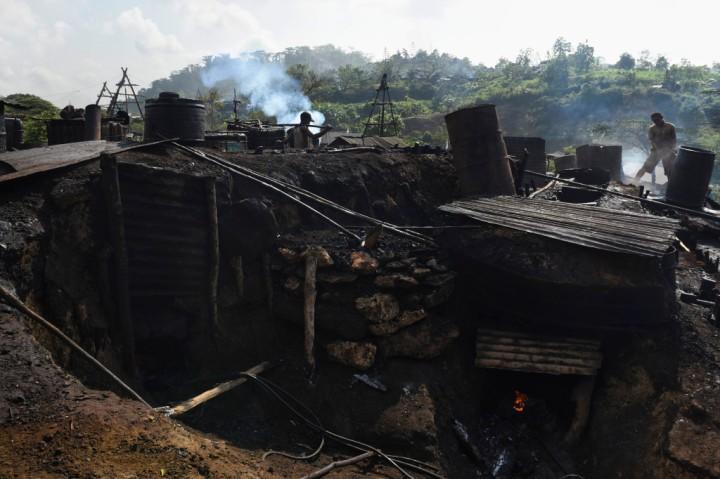 Suasana penambangan minyak mentah di penambangan minyak rakyat, Wonocolo, Bojonegoro, Jawa Timur.
