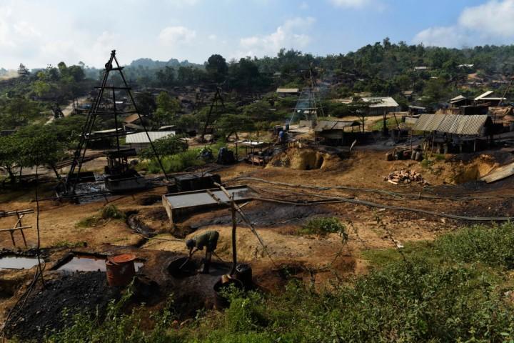 Penambang membuat tempat penampungan minyak mentah hasil tambangnya di penambangan minyak rakyat, Wonocolo, Bojonegoro, Jawa Timur.