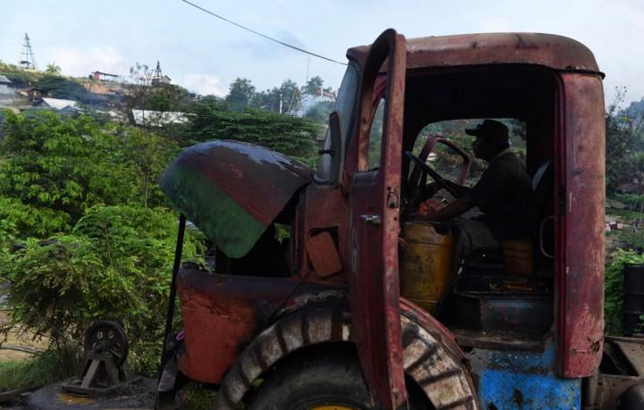 Seorang penambang berada dalam truk yang digunakan untuk menggerakkan mesin bor ketika melakukan proses penambangan di penambangan minyak rakyat, Wonocolo, Bojonegoro, Jawa Timur.